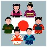 Niños japoneses en el kimono que se coloca alrededor de bandera japonesa Fotografía de archivo libre de regalías