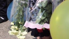 Niños jovenes con las flores metrajes