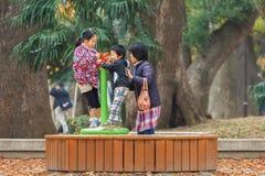 Niños jovenes con su madre en el parque de Ueno Fotografía de archivo