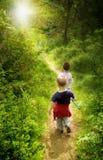 Niños jovenes en bosque imagenes de archivo