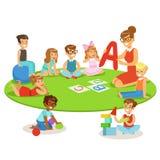 Niños jovenes que aprenden alfabeto y que juegan en guardería con el profesor Sitting And Laying en el piso ilustración del vector