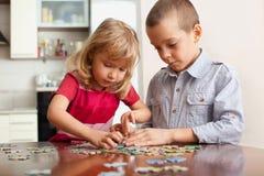 Niños, jugando rompecabezas Fotografía de archivo libre de regalías