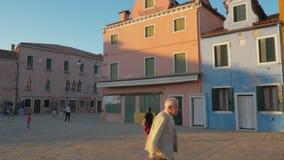 Niños juguetones en el cuadrado de Baldassarre Galuppi en Burano, Italia almacen de metraje de vídeo