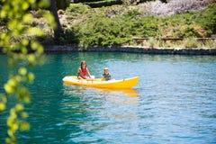 Niños kayaking Fotografía de archivo libre de regalías