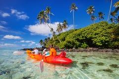 Niños kayaking en el océano Foto de archivo libre de regalías