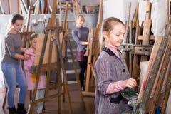 Niños a la pintura fotografía de archivo libre de regalías