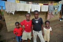 Niños liberianos delante de la choza Imagen de archivo