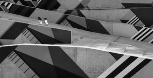 Niños libres felices que corren hacia arriba a través de una rampa artística fotos de archivo