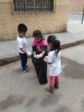 Niños limpiando stock photos
