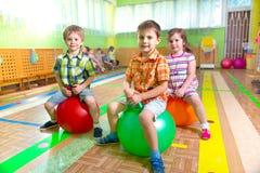 Niños lindos en gimnasio imagenes de archivo