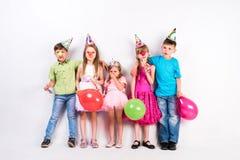 Niños lindos que celebran cumpleaños Imágenes de archivo libres de regalías