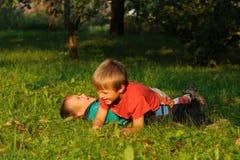Niños luchadores Foto de archivo libre de regalías