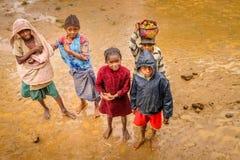 Niños malgaches en el fango Foto de archivo