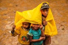 Niños malgaches en la lluvia Foto de archivo