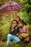 Niños malgaches en la lluvia Fotos de archivo libres de regalías