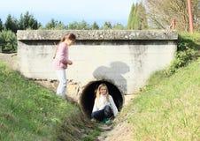 Niños - muchachas en la canalización Fotografía de archivo