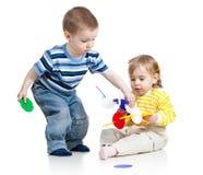 Niños muchacho y juego de la muchacha fotos de archivo