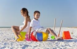 Niños, muchacho y muchacha, jugando en una playa Imagenes de archivo