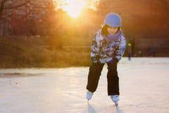 Niños, muchachos, amigos y hermanos jugando a hockey y al patinaje Foto de archivo libre de regalías
