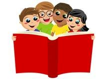 Niños multiculturales de los niños que leen el libro grande aislado ilustración del vector