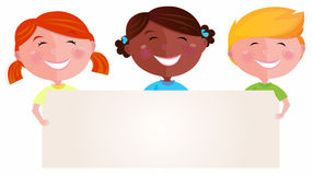 Niños multiculturales lindos que llevan a cabo una muestra en blanco Imagenes de archivo