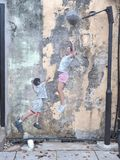 Niños murales del ` del título de la calle que juegan ` del baloncesto Fotos de archivo libres de regalías