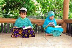 Niños musulmanes que leen Koran, Indonesia Imagen de archivo