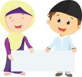 Niños musulmanes que llevan a cabo la muestra en blanco libre illustration