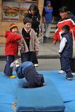 Niños no identificados el día de fiesta en la ciudad de La Paz Imagen de archivo libre de regalías