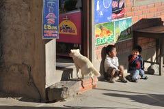 Niños no identificados en la calle de Sucre Fotografía de archivo