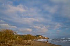 Niños no identificados que disfrutan de un día en la playa Imágenes de archivo libres de regalías