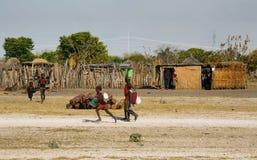 Niños no identificados que traen el agua Imagen de archivo