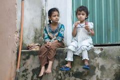 Niños paquistaníes que comen teniendo tiempo del partido Fotografía de archivo libre de regalías