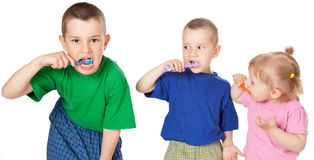 Niños para aplicar sus dientes con brocha Imágenes de archivo libres de regalías