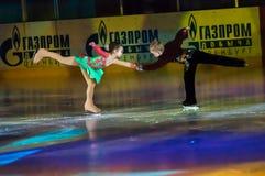 Niños patinadores de los pares Imagen de archivo libre de regalías