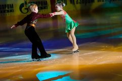 Niños patinadores de los pares Imágenes de archivo libres de regalías