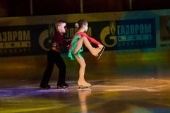 Niños patinadores de los pares Fotos de archivo libres de regalías