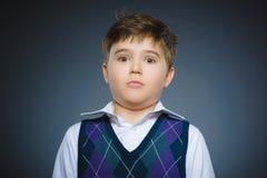 Niños pequeños asustados y chocados del primer Expresión humana de la cara de la emoción Foto de archivo libre de regalías