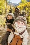 Niños pequeños con las barbas hecha a ganchillos en montañas imagen de archivo libre de regalías