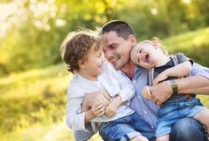 Niños pequeños con su papá Imágenes de archivo libres de regalías