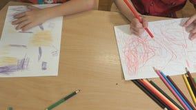 Niños pequeños desconocidos que dibujan imágenes Primer metrajes