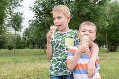 Niños pequeños divertidos de los niños de los niños que comen el helado Imagen de archivo libre de regalías