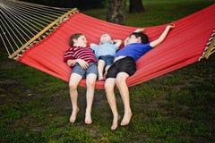 Niños pequeños en la hamaca Fotografía de archivo