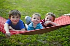 Niños pequeños en la hamaca Imagen de archivo libre de regalías