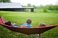 Niños pequeños en la hamaca Foto de archivo