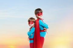 Niños pequeños en las capas Concepto del poder foto de archivo libre de regalías