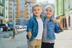 Niños pequeños lindos al aire libre en ciudad en día de primavera hermoso Foto de archivo