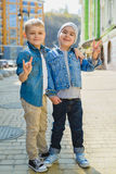 Niños pequeños lindos al aire libre en ciudad en día de primavera hermoso Imagen de archivo