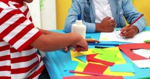 Niños pequeños lindos que tienen tiempo del arte en la sala de clase almacen de video