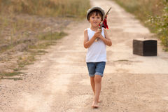 Niños pequeños lindos, sosteniendo un paquete, comiendo el pan y sonriendo, wa Imágenes de archivo libres de regalías